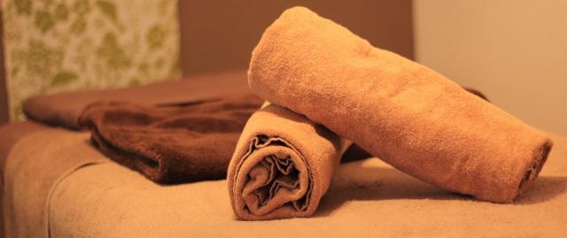 エステの施術台にタオルが載っています。
